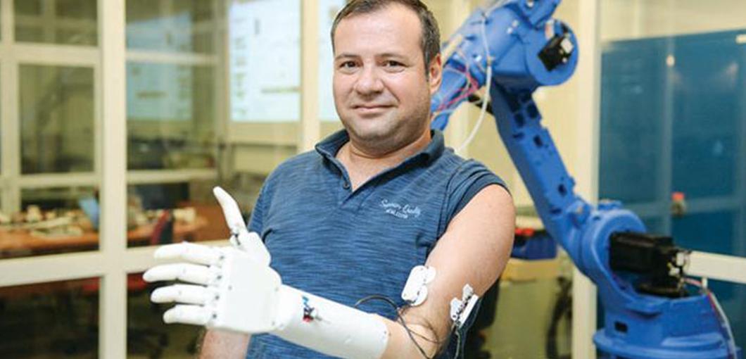 Türkiye'nin ilk yerli protez kolu Koç Üniversitesi'nde geliştirildi.